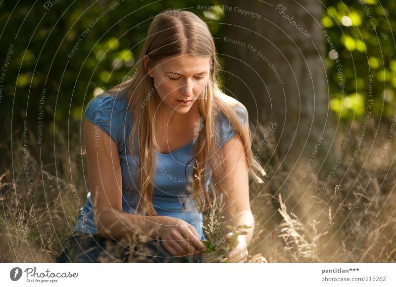 Bosquelina Mensch feminin Junge Frau Jugendliche Erwachsene 1 18-30 Jahre Natur Pflanze Sommer Schönes Wetter Wald blond langhaarig beobachten berühren schön