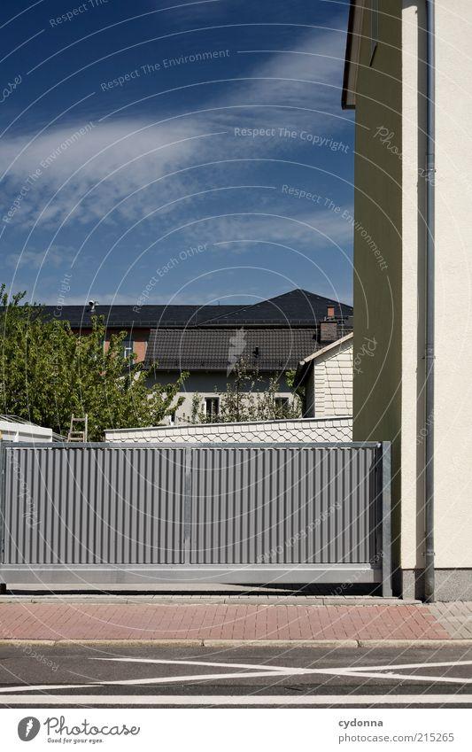 Einfahrt Himmel ruhig Haus Wege & Pfade Umwelt Sicherheit Schutz Tor Bürgersteig Anschnitt stagnierend Bildausschnitt Einfahrt Wohnsiedlung Begrenzung Kleinstadt