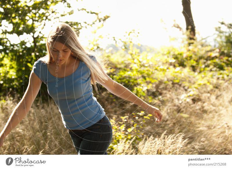 Bosquelina2 Mensch feminin Junge Frau Jugendliche Erwachsene 1 18-30 Jahre Natur Pflanze Sommer Schönes Wetter Sträucher Wald Waldlichtung T-Shirt Jeanshose