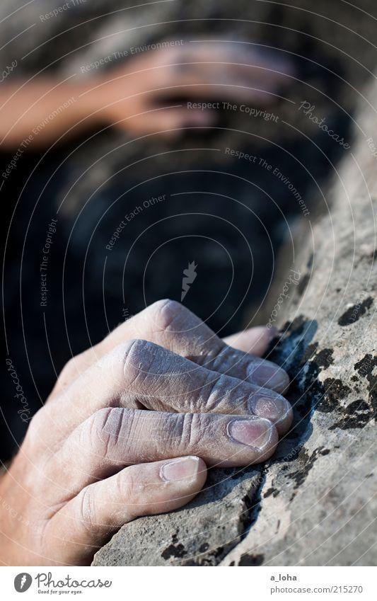 on the rocks (II) Lifestyle Sport Klettern Bergsteigen Sportklettern Hand Felsen festhalten hängen eckig oben Kraft Willensstärke Tatkraft Abenteuer Magnesium
