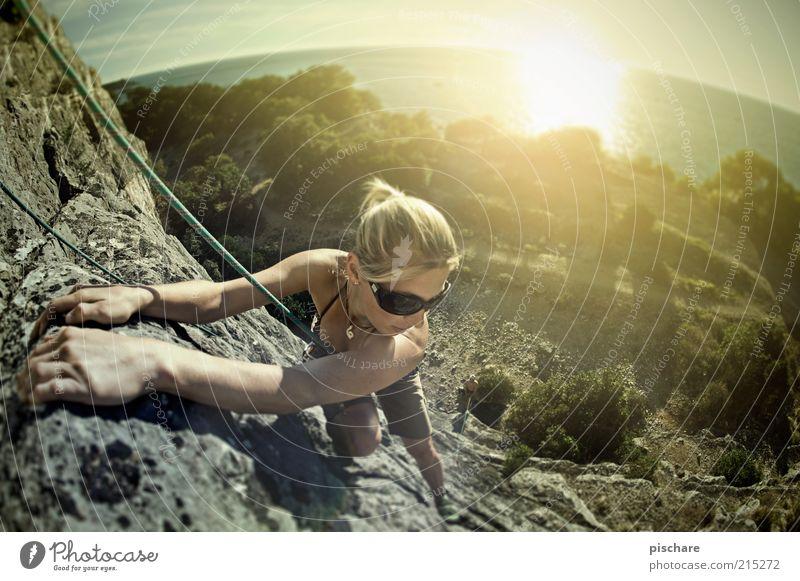tough princess Freizeit & Hobby Sport Klettern Bergsteigen feminin Junge Frau Jugendliche Natur Himmel Sonne Sonnenlicht Sommer Schönes Wetter Felsen Küste Meer