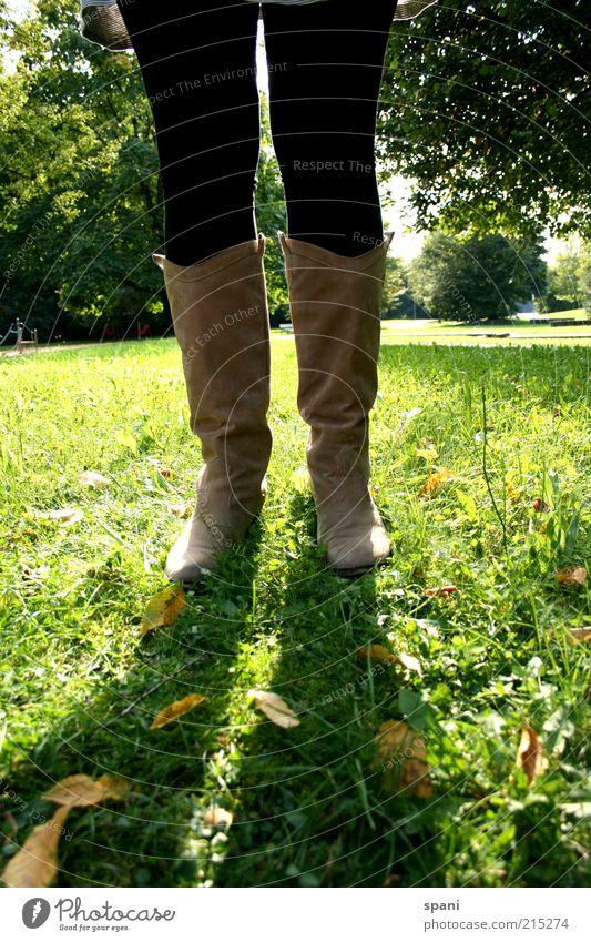 Sunblocker Beine Fuß 1 Mensch Sommer Park Wiese stehen selbstbewußt ruhig Freizeit & Hobby Stiefel Strumpfhose Sonnenlicht grün Gegenlicht mehrfarbig