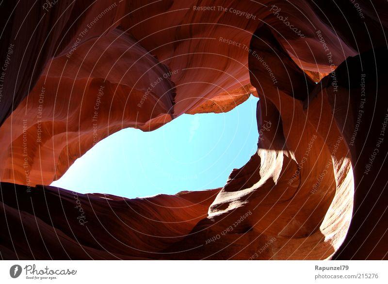 Lichtblick Natur Himmel blau braun Felsen ästhetisch Schlucht Licht Durchblick Höhle Perspektive Sandstein Naturphänomene Gesteinsformationen Antelope Canyon