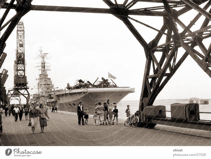 Flugzeugträger Bulwark Wasserfahrzeug Europa Hafen Tourist Kran Sightseeing Besucher Schiffsbug Kriegsschiffe Marine