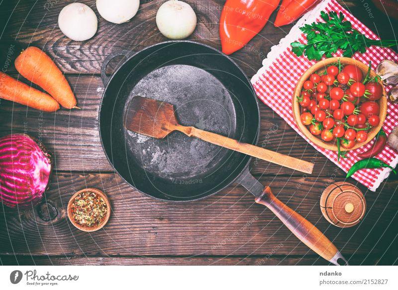 Leere schwarze Bratpfanne Gemüse Kräuter & Gewürze Pfanne Löffel Tisch Küche Holz Metall alt frisch rot Hintergrund Rote Beete Möhre Gußeisen Koch