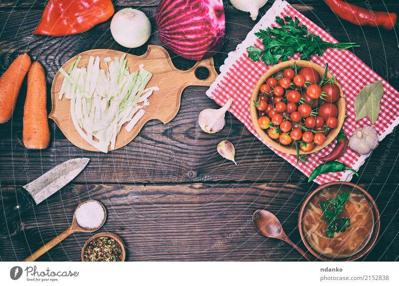 Platte mit Borschtsch und Essen zum Kochen weiß rot Speise Holz braun oben Ernährung frisch Kräuter & Gewürze Küche Gemüse heiß Tradition Schalen & Schüsseln