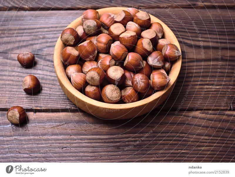 Haselnüsse in einer Schale Frucht Ernährung Vegetarische Ernährung Teller Schalen & Schüsseln Tisch Natur Herbst Holz alt frisch natürlich oben stark braun