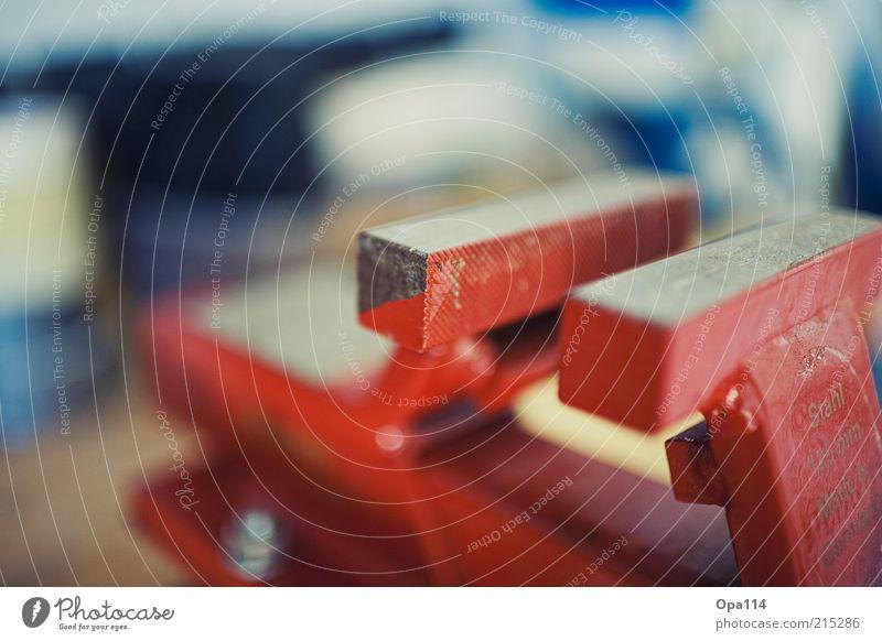 Eingezwängt rot Arbeit & Erwerbstätigkeit Metall Stahl Handwerk Werkzeug Arbeitsplatz Dinge Hobelbank