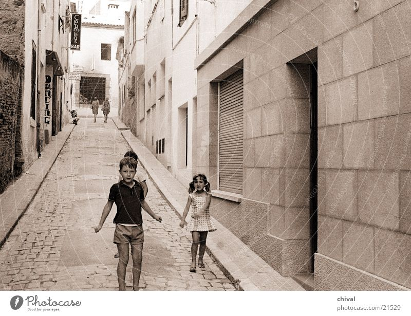 Lloret de mar Gasse Spanien Kind Spielen Neubau Haus Menschengruppe Straße Armut
