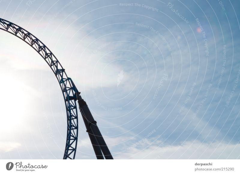 roundercoaster Achterbahn Metall blau Kraft rund Gestell Farbfoto Außenaufnahme Menschenleer Textfreiraum rechts Textfreiraum oben Tag Sonnenlicht Gegenlicht