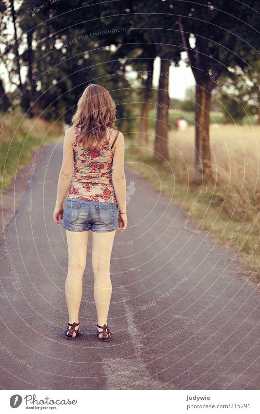 Weiße.Beine ruhig Sommer wandern Mensch feminin Junge Frau Jugendliche 18-30 Jahre Erwachsene Umwelt Natur Feld Straße Wege & Pfade Jeanshose Sandale blond