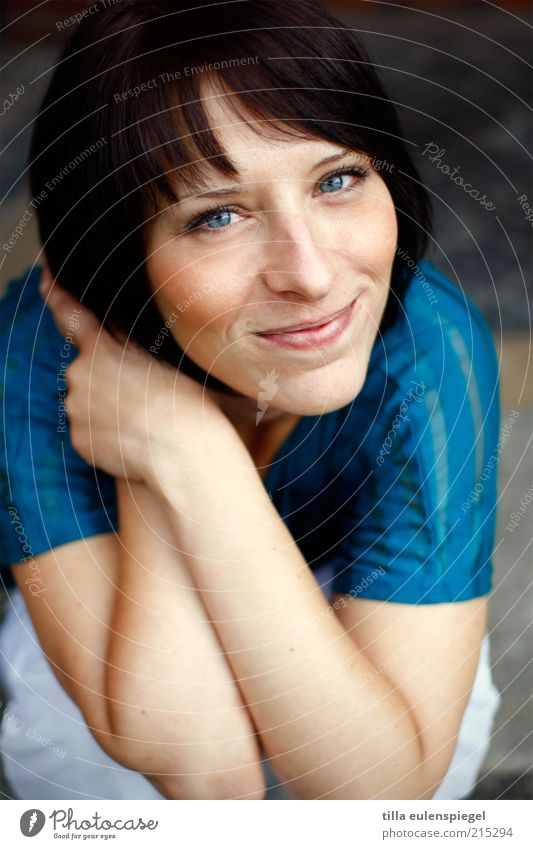 mehr als nett Zufriedenheit Junge Frau Jugendliche Erwachsene 1 Mensch T-Shirt Haare & Frisuren schwarzhaarig Pony hocken Lächeln authentisch Freundlichkeit