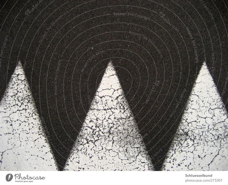 ZickZack Verkehrswege Straße Wege & Pfade Beton eckig Spitze trocken grau schwarz weiß Umwelt Zacken identisch Riss Richtung richtungweisend aufwärts abwärts