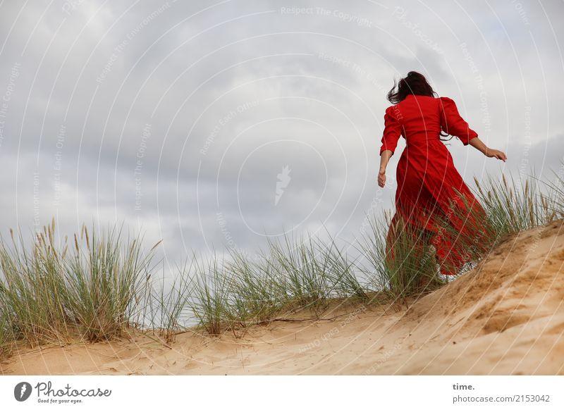 . Mensch Frau rot Wolken Ferne Erwachsene Leben Gefühle feminin Bewegung Sand Wind laufen Abenteuer bedrohlich Kleid