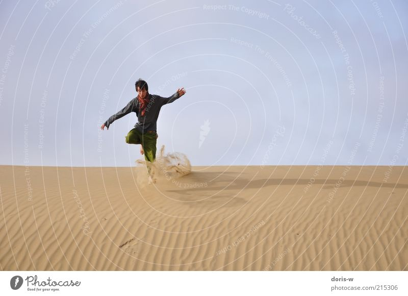 dünensprung Jugendliche Himmel Sommer Freude Strand Ferien & Urlaub & Reisen Ferne Leben springen Bewegung Freiheit Sand rennen Abenteuer Wüste fallen