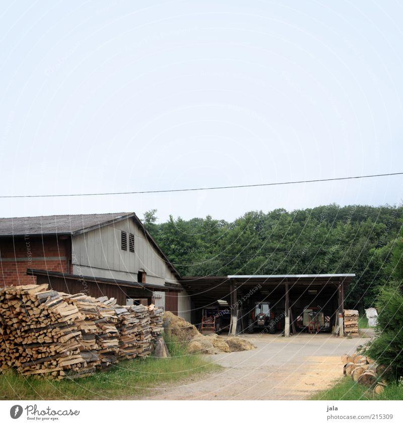 bauers hof Landwirtschaft Forstwirtschaft Natur Himmel Gras Dorf Haus Platz Bauwerk Gebäude Traktor Hof Bauernhof Stall Scheune Garage Holz Brennholz Farbfoto