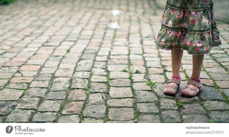 Stehen Mensch Kind Mädchen grün ruhig feminin Beine braun warten rosa ästhetisch stehen Kleid violett Kindheit Rock