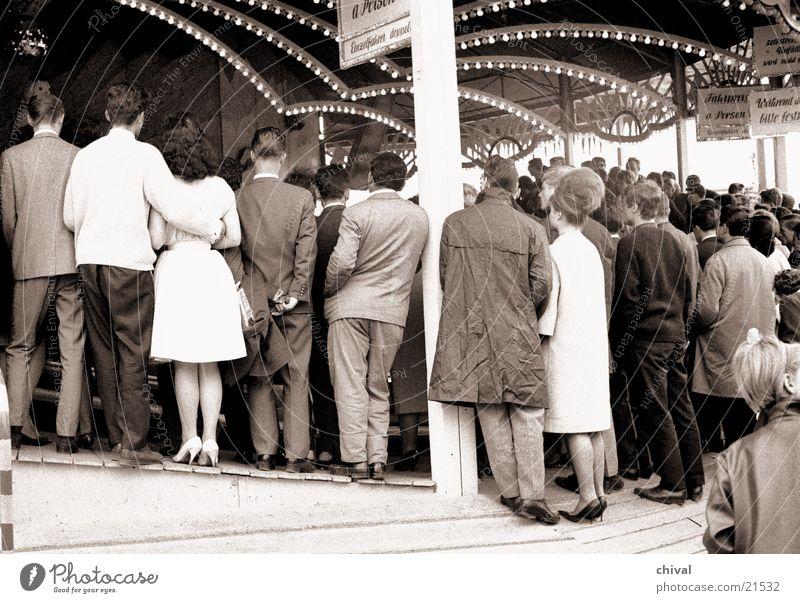 Zuschauer Mensch Menschengruppe warten Rücken Jahrmarkt Publikum Karussell