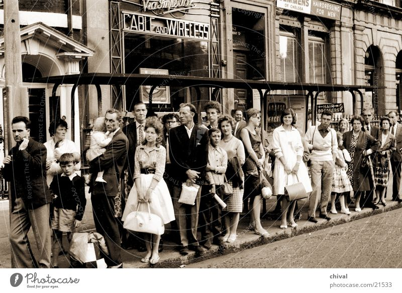 Haltestelle Mensch Menschengruppe warten Bus Warteschlange Passagier Bushaltestelle