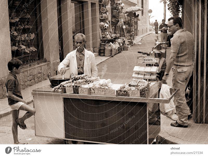 Straßenverkauf Mensch Junge Spanien verkaufen Gasse Kunde Buden u. Stände Händler