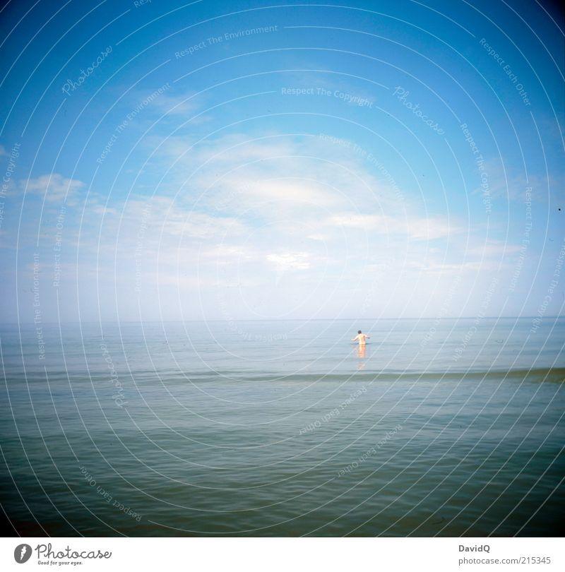 nur mal so ins wasser Mensch Himmel Mann blau Sommer Freude Wolken Erwachsene Ferne Küste Horizont Wellen Schwimmen & Baden maskulin Schönes Wetter Ostsee