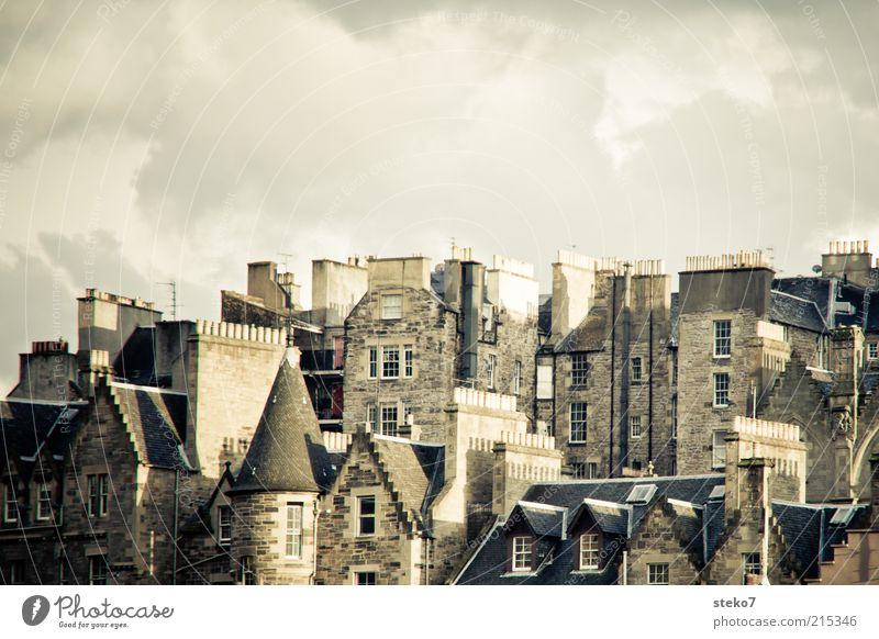 Traumberuf: Schornsteinfeger alt Stadt Haus grau Fassade retro trist nah Dach eng Gebäude Nachbar Altstadt Schottland Penthouse