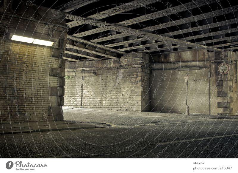 New Street alt Wege & Pfade Brücke Wandel & Veränderung verfallen Tunnel Verfall Ruine schäbig Straßenkreuzung Verkehrsschild grauenvoll Verkehrszeichen