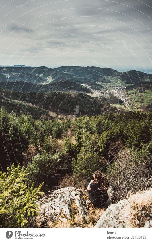 Aussichtsplätzchen Frau Mensch Erholung ruhig Ferne Wald Erwachsene Leben Lifestyle feminin Freiheit Felsen Ausflug Freizeit & Hobby Zufriedenheit wandern