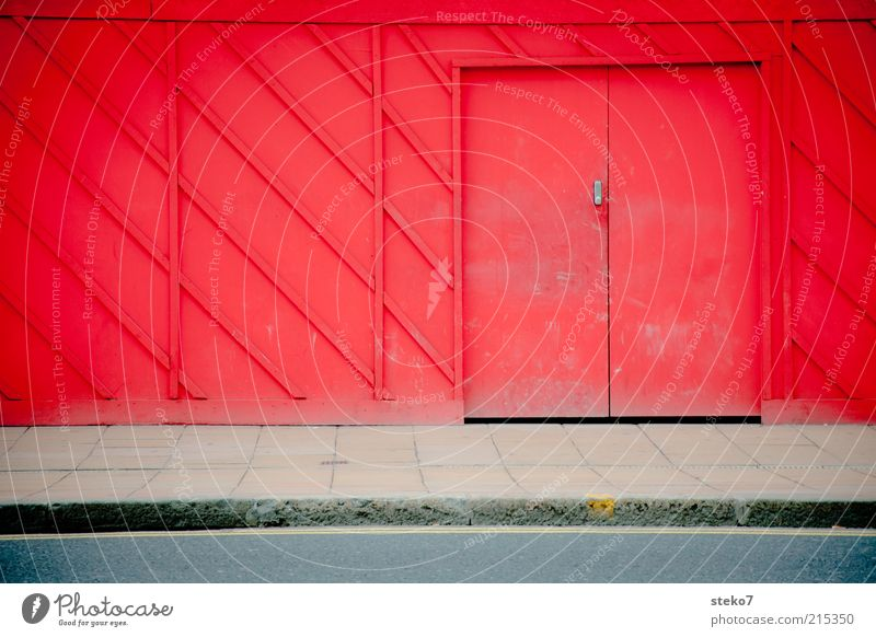 Red Door Tür entdecken Verbote Versteck Baustelle Barriere rot Holzwand Farbfoto Außenaufnahme Menschenleer Textfreiraum links Textfreiraum unten