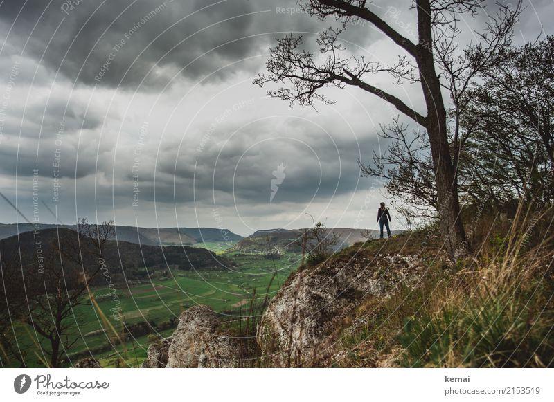 Heimatblick Mensch Natur Landschaft Erholung Wolken ruhig Ferne dunkel Berge u. Gebirge Freiheit Felsen oben Freizeit & Hobby Ausflug Zufriedenheit wandern