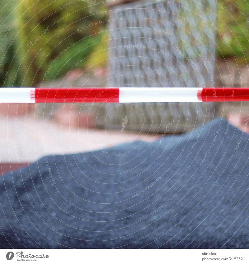 Hofeinfahrt Kies Pflasterweg Barriere Tor Stein Metall bauen blau rot weiß Tatkraft fleißig anstrengen Stress Durchgang Einfahrt Warnung