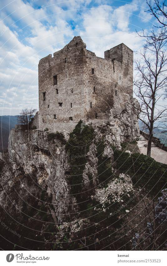 Den Eindruck von Gegenwehr, Widerstand erweckend Himmel Natur alt Wolken Wand Frühling Mauer außergewöhnlich Freiheit Felsen oben Ausflug wandern Abenteuer