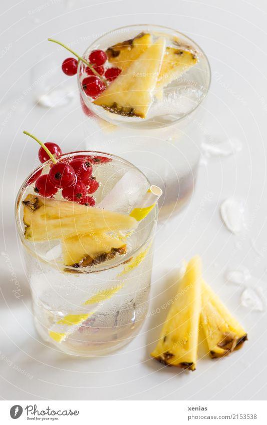 Aromawasser mit Ananas und roter Johannisbeere Frucht Johannisbeeren Eiswürfel Getränk Erfrischungsgetränk Trinkwasser Limonade Glas Trinkhalm Gesunde Ernährung