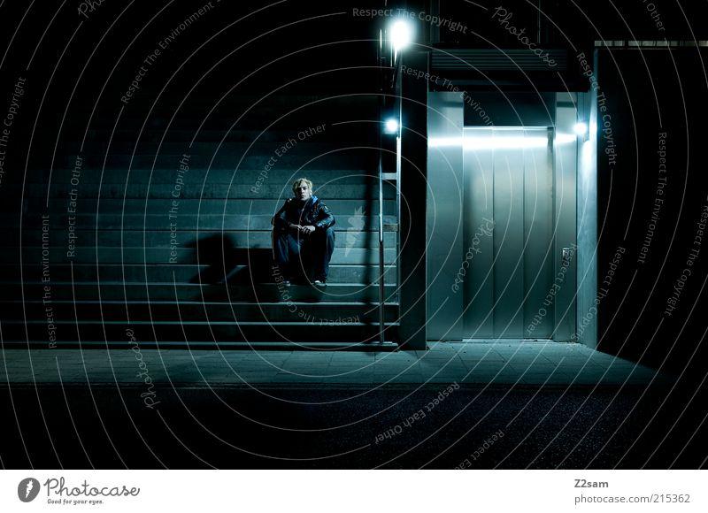 was bringt die Zukunft? Mensch Jugendliche Stadt blau Einsamkeit Straße dunkel Stil Angst Architektur Erwachsene maskulin sitzen Treppe kaputt gruselig