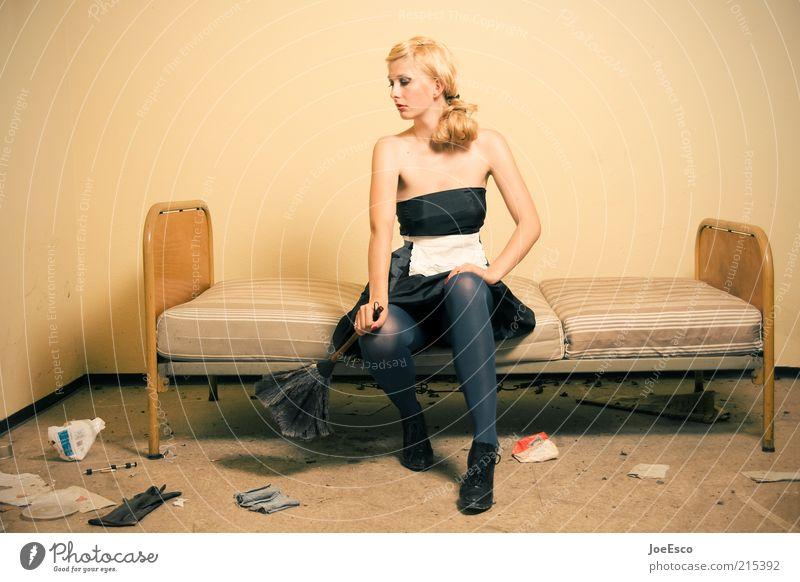 always at your service 02 Frau Mensch schön Leben Erholung Arbeit & Erwerbstätigkeit Stil träumen warten Mode blond Erwachsene Wohnung elegant sitzen Coolness