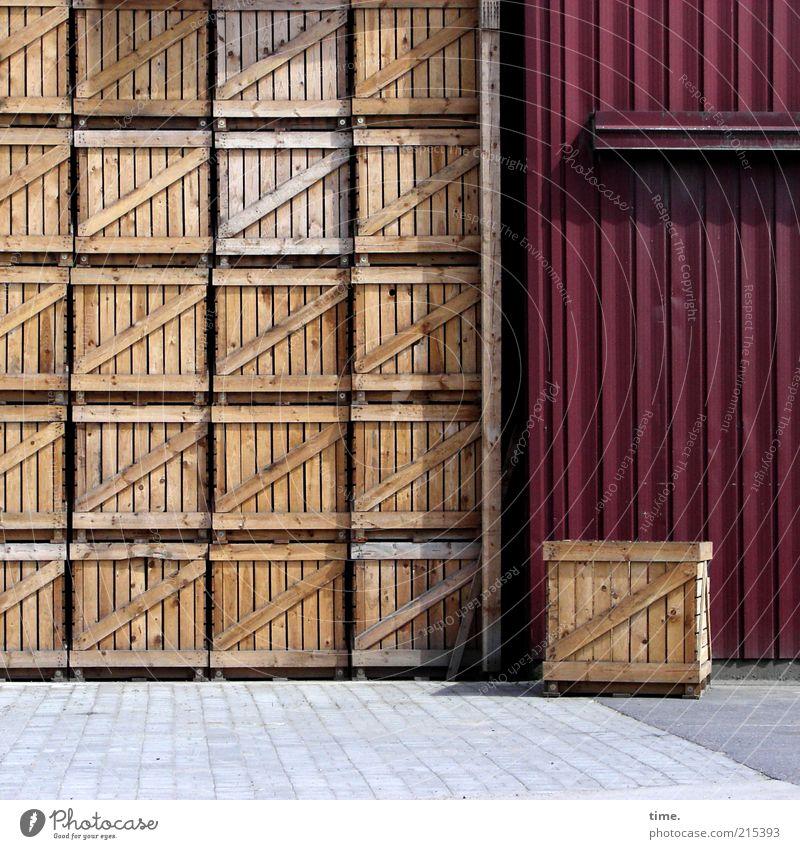 geburtstagspäckchen für almo Kiste Holzkiste Außenaufnahme Schatten braun rot Tor Scheunentor Landwirtschaft Stapel hochkant passend parken bereit gestellt