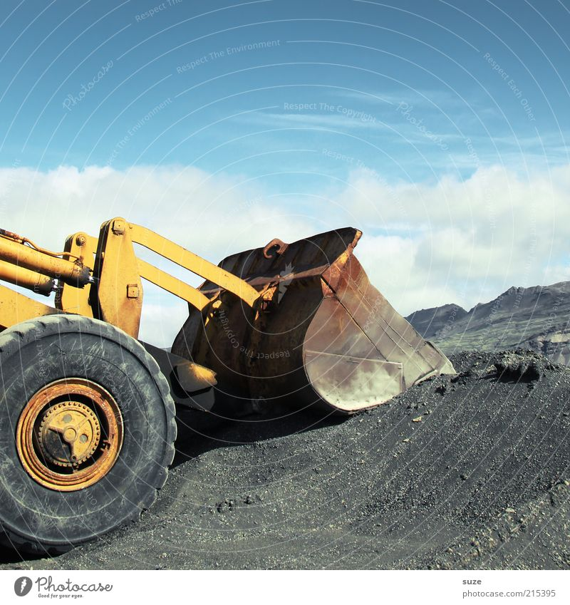 Bagger fahrn Himmel Wolken Sand Arbeit & Erwerbstätigkeit dreckig Verkehr groß warten stehen Schönes Wetter Zukunft Industrie Baustelle Industriefotografie stark Rad