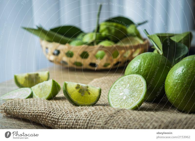 Hintergründe. Close up Schuss von nassen Limetten Frucht Vegetarische Ernährung Limonade Menschengruppe frisch saftig sauer weiß reif rund vereinzelt Hälfte