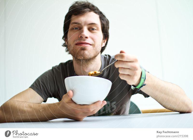 futtern! Mensch Jugendliche Erwachsene Lebensmittel Essen sitzen maskulin 18-30 Jahre T-Shirt Junger Mann Lächeln Frühstück Porträt Schalen & Schüsseln Mann schwarzhaarig