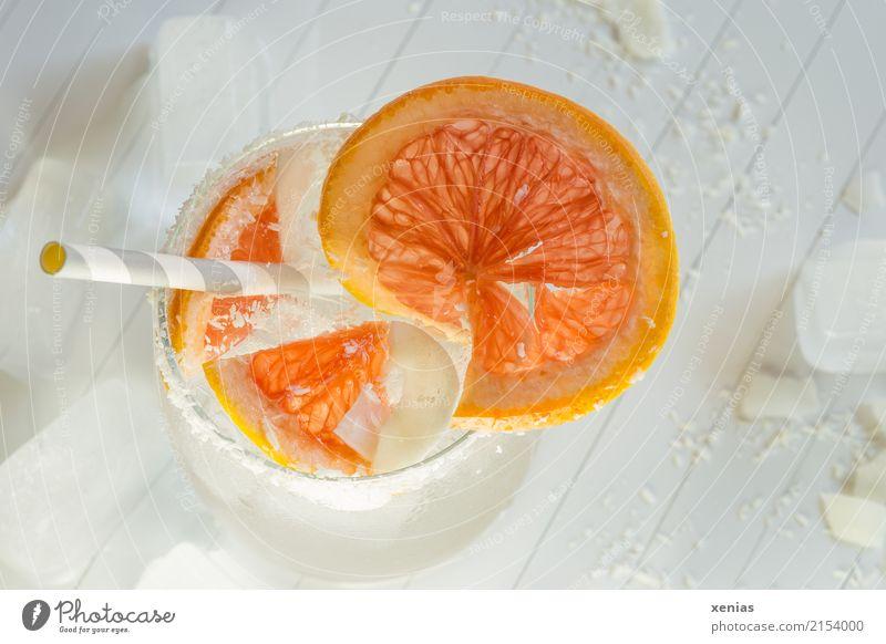 Leckeres Erfrischungsgetränk mit Grapefruit, Kokosraspeln, Eiswürfel und Trinkhalm Getränk Kokosnuss Bioprodukte Frucht Vegetarische Ernährung Trinkwasser