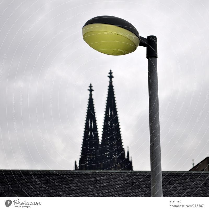 Dom mit Beleuchtung Köln Deutschland Europa Menschenleer Haus Kirche Bauwerk Gebäude Architektur Dach Sehenswürdigkeit Wahrzeichen alt gelb grau Laterne