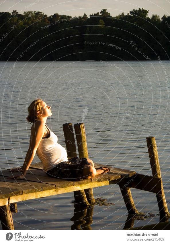 SONNENBADEN Mensch Natur Jugendliche Wasser Himmel Sommer ruhig Wald Erholung feminin Familie & Verwandtschaft See Landschaft Zufriedenheit Erwachsene Umwelt
