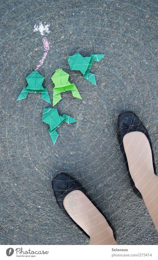 letztes Froschbild Mensch Tier Straße feminin Spielen Beine klein Fuß Schuhe Freizeit & Hobby Papier stehen Asphalt Kreide Zunge