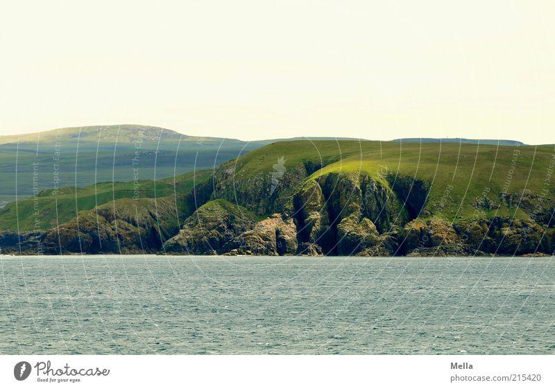 Faltenwurf Ferne Freiheit Umwelt Natur Landschaft Urelemente Hügel Felsen Küste Meer Klippe ästhetisch natürlich grün Stimmung Sehnsucht Heimweh Fernweh bizarr