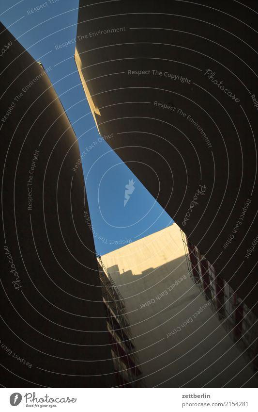 Backyard Skyline Himmel Himmel (Jenseits) Stadt Haus Fenster Wand Mauer Textfreiraum Häusliches Leben Wetter Stadtzentrum Wohnhaus Wolkenloser Himmel