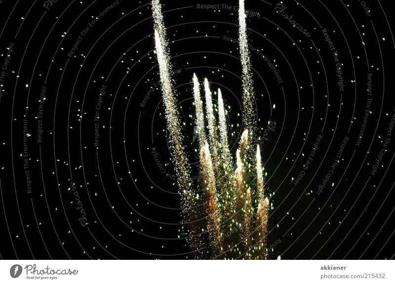 *50* Feuerwerk weiß schwarz dunkel Stern Veranstaltung aufsteigen Nachtleben schießen Sternenhimmel Himmel sternenklar Sternenzelt Raketenschweif