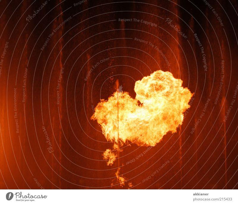 Feuer und Wasser Urelemente dunkel heiß hell nass Wärme gold orange Feuerball Feuersäule Farbfoto mehrfarbig Außenaufnahme Textfreiraum links