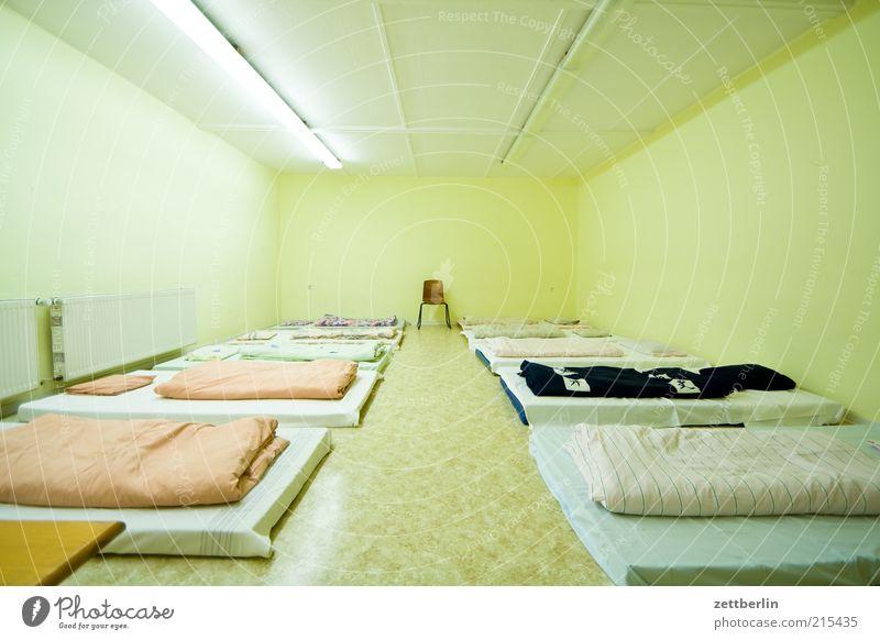 Schlafen Haus Einsamkeit Schulgebäude leer Bett Stuhl einfach Sehnsucht Innenarchitektur eng Neonlicht Symmetrie Weitwinkel Raum Nacht Saal