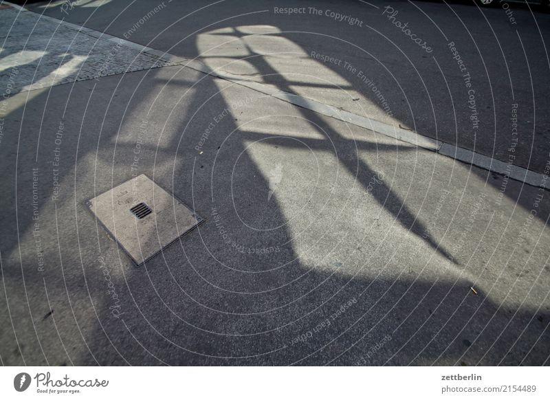 Licht Asphalt Ecke Fahrbahnmarkierung Fenster Kurve Lichtspiel Linie Schilder & Markierungen Straße Wege & Pfade Wegweiser Wegekreuz Zeichen