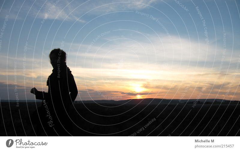 Weitblick feminin 1 Mensch Landschaft Himmel Sonnenaufgang Sonnenuntergang Schönes Wetter ruhig Sehnsucht Fernweh Farbfoto Außenaufnahme Textfreiraum rechts